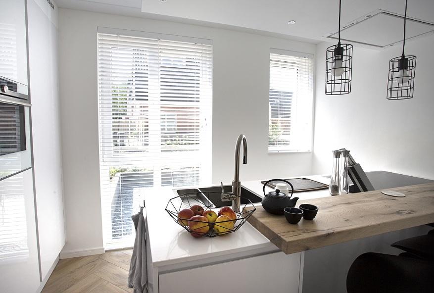 Keuken Gordijn 8 : Witte raamdecoratie topjaloezieën.nl